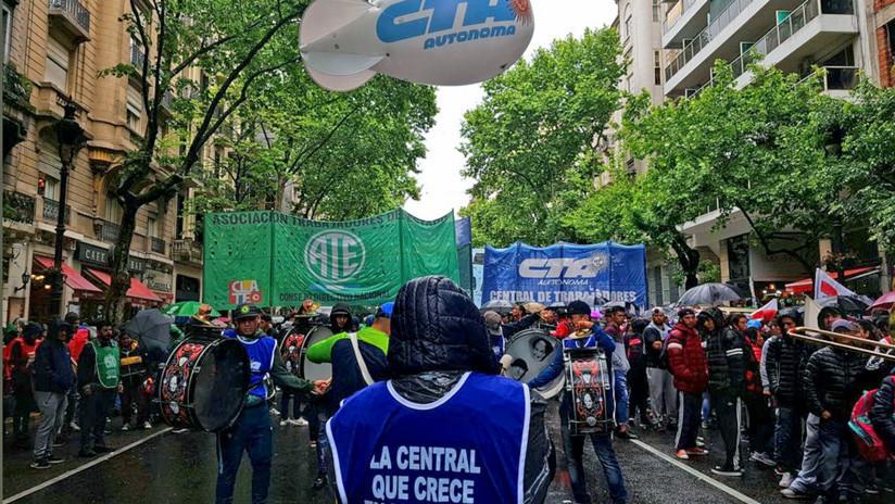 """""""No al Presupuesto del FMI"""": Miles de argentinos protestan contra las políticas de Macri"""