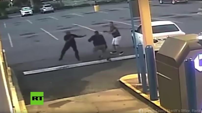VIDEO: Hombres pelean con un ladrón que intentaba robar a una mujer en EE.UU.