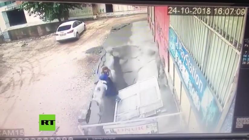 VIDEO: Un socavón 'se traga' a dos mujeres en una ciudad de Turquía