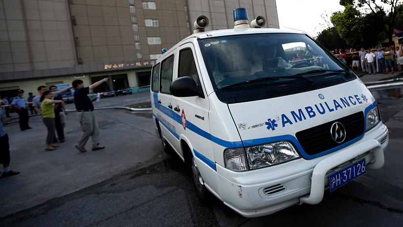 VIDEO: Una docena de transeúntes levantan un auto para liberar a una niña atropellada