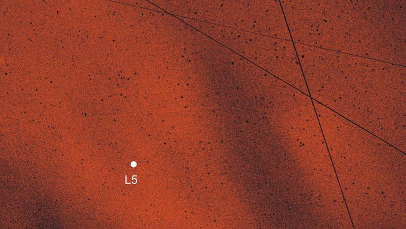 Astrónomos confirman la existencia de dos nubes de polvo que orbitan la Tierra junto a la Luna