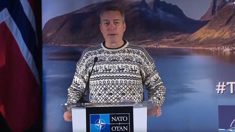 Ministro de Defensa noruego asiste a conferencia de prensa de la OTAN con una llamativa vestimenta