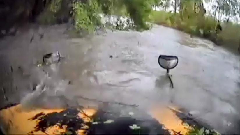 VIDEO: Intenta cruzar una carretera inundada y el agua arrastra su autobús con un niño a bordo