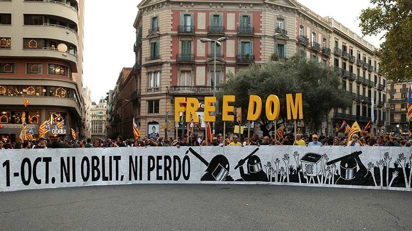 Miles de personas marchan en Cataluña por aniversario de referéndum