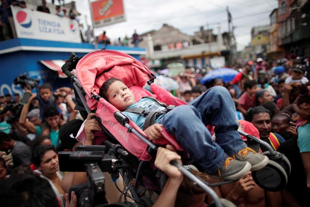 Varios miles de inmigrantes Hondureños rumbo a EEUU 5bca5b55e9180f87198b456d