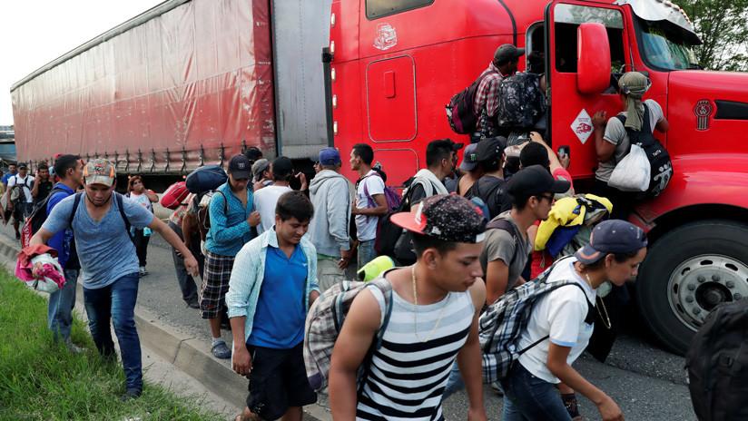 Los migrantes han pedido ayudada para transportarse a camiones de carga. 24 de octubre de 2018. / Luis Echeverria / Reuters