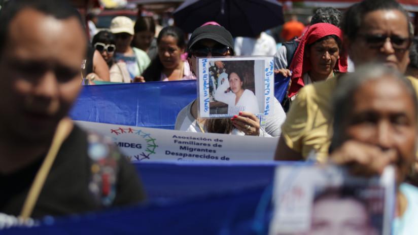 Mujeres sostienen fotografías de sus hijos y hijas desparecidos en la frontera entre Guatemala y México. 23 de octubre de 2018. / www.globallookpress.com