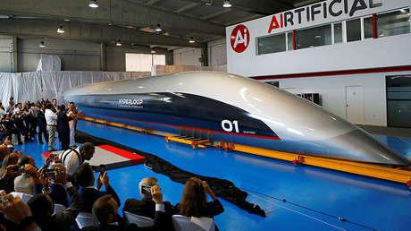 La primera cápsula Hyperloop a escala real del mundo en su presentación en El Puerto de Santa María, España.