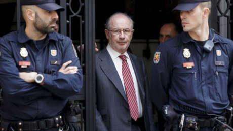 El exdirector del FMI Rodrigo Rato (C) abandonando su oficina en Madrid. 17 de abril de 2015.