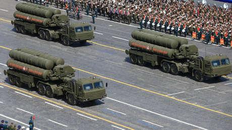 Sistemas de misiles rusos S-400 Triumph durante el desfile del Día de la Victoria en la Plaza Roja de Moscú. 9 de mayo de 2015.