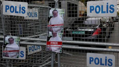 Fotografías del periodista saudita Jamal Khashoggi durante una protesta frente al Consulado de Arabia Saudita en Estambul, Turquía, 8 de octubre de 2018.