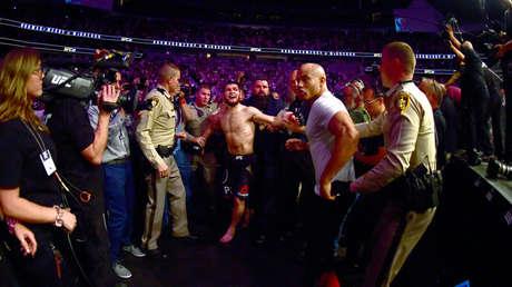 Khabib Nurmagomédov es escoltado fuera de la arena tras derrotar a Conor McGregor, el 6 de octubre de 2018, Las Vegas, EE.UU.