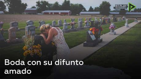 Una novia se toma 'fotos de boda' ella sola para honrar a su amado difunto