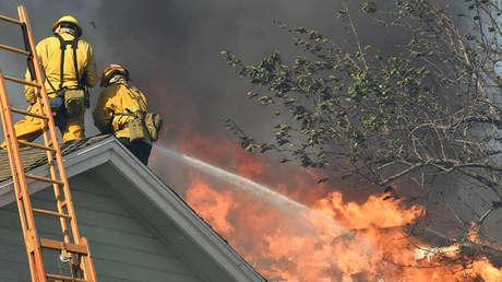VIDEO: Bomberos rescatan 'in extremis' a un sintecho atrapado en una casa vacía en llamas