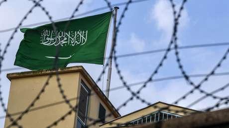 La bandera de Arabia Saudita sobre el Consulado de ese país en Estambul, Turquía.