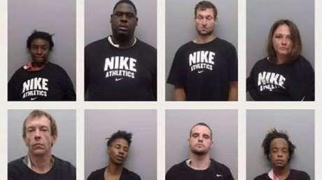 FOTO: Policías en EE.UU. obligan a detenidos a vestir camisetas de Nike mientras los fichan