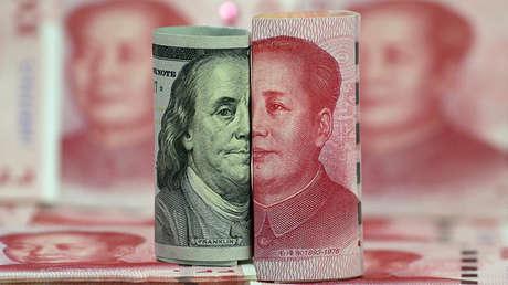 Billetes de dólar y de yuan.