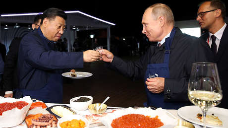 El presidente chino, Xi Jinping, y el ruso, Vladímir Putin, brindan en Vladivostok (Rusia).