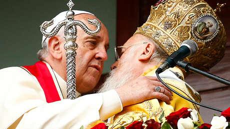 El papa Francisco se abraza con el patriarca Bartolomé I de Constantinopla en Estambul, el 30 de noviembre de 2014