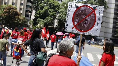 Una mujer sostiene una pancarta con la cara del presidente de EE.UU., Donald Trump, durante un mitin en Caracas (Venezuela), el 11 de septiembre de 2018.
