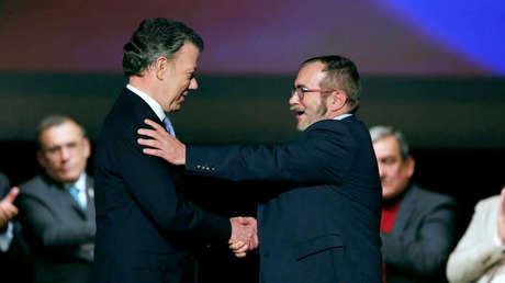 El expresidente de Colombia, Juan Manuel Santos, y Rodrigo Londoño, después de firmar un acuerdo de paz. 24 de noviembre de 2016