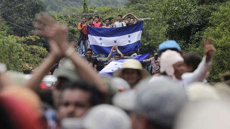 Migrantes hondureños llegan a la frontera entre Honduras y Guatemala en Agua Caliente, Guatemala, el 15 de octubre de 2018.