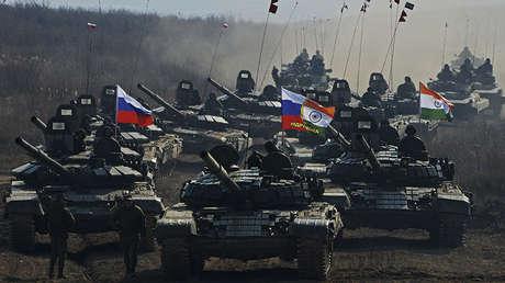 tanques T-72 durante las maniobras ruso-indias Indra-2017 en el Lejano Oriente ruso.