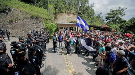 Policía de Guatemala y migrantes hondureños en la frontera entre Honduras y Guatemala, en Agua Caliente, Guatemala. 15 de octubre de 2018.