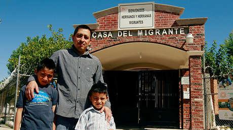 Un migrante y sus hijos a las afueras de un refugio en Ciudad Juárez, México, 19 de junio de 2018.