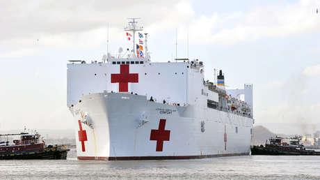 El buque hospital USNS Comfort de camino a Puerto Rico luego del Huracán María, el 3 de octubre de 2017.