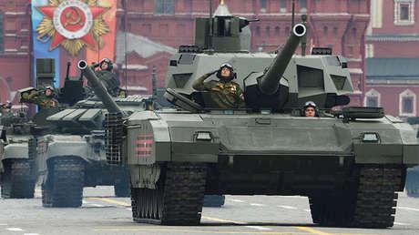 Los tanques rusos T-14 Armata en un desfile militar.