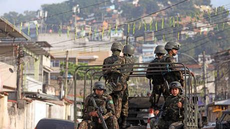 Soldados brasileños patrullan los alrededores de la favela de Chatuba en Río de Janeiro, 23 de agosto de 2018