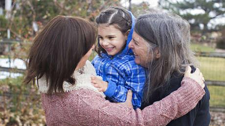 Niña estadounidense Mila Makovec, que padece de la enfermedad de Batten, fotografiada con su familia.