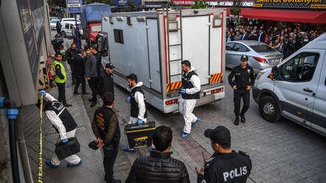 Forenses turcos ingresan a un estacionamiento subterráneo acordonado por la policía turca, 22 de octubre de 2018 en Estambul.