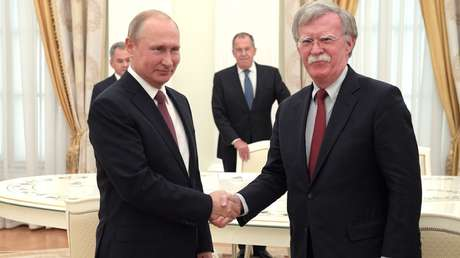 El presidente de Rusia, Vladímir Putin, con John Bolton, asesor de seguridad nacional del presidente de Estados Unidos.