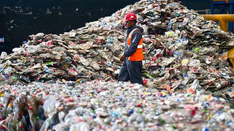 Un empleado en una planta de reciclaje en la periferia de la ciudad de Toluca, en el Estado de México. 27 de abril de 2016.