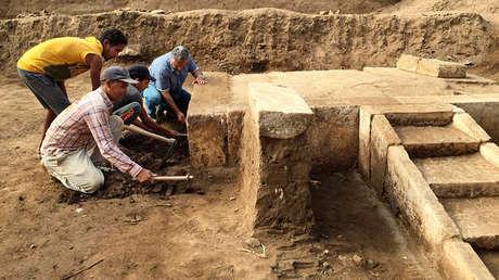 Los trabajadores de la expedición arqueológica limpian los accesos al asiento real