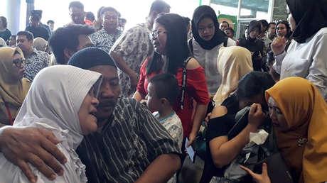 Familiares de los pasajeros del Boeing 737 estrellado, Pangkal Pinang, Indonesia, el 29 de octubre de 2018.
