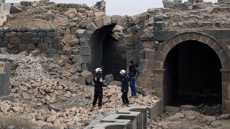 Los Cascos Blancos inspeccionan los daños en la ciudad de Daraa, Siria, 23 de diciembre de 2017.