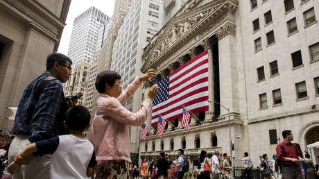 Turistas chinos toman fotografías en el exterior de la Bolsa de Nueva York (EE.UU.), el 8 de julio de 2015.