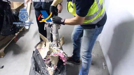 La Policía Nacional española con parte del material incautado.