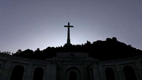 La cruz del Valle de los Caídos sobre el mausoleo gigante que acoge la tumba de Francisco Franco, cerca de Madrid.