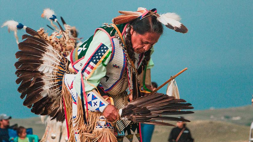 VIDEO: Impiden entrar a la Corte Suprema de EE.UU. a líder tribal por llevar un tocado tradicional