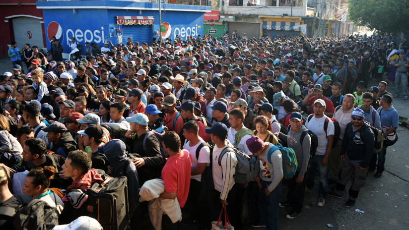 Migrantes centroamericanos cruzan el río Suchiate en su camino a EEUU