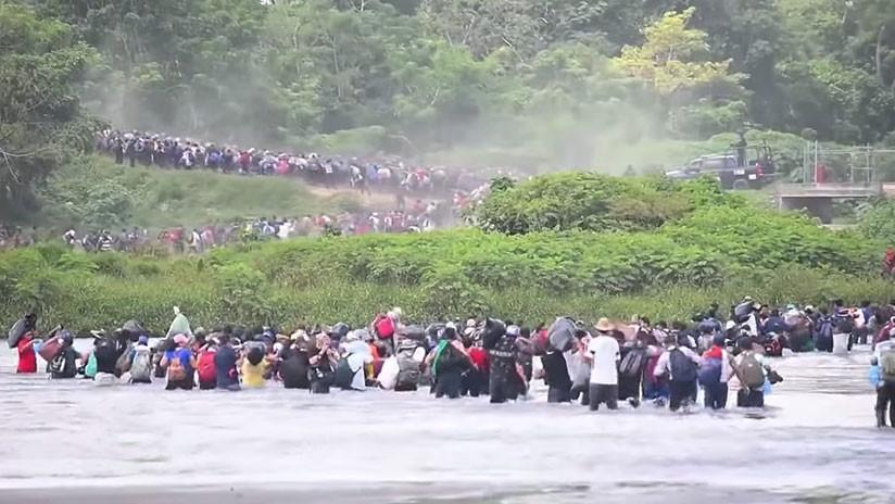 Torrente De Migrantes Cruza Río En Frontera De Guatemala Y México Y