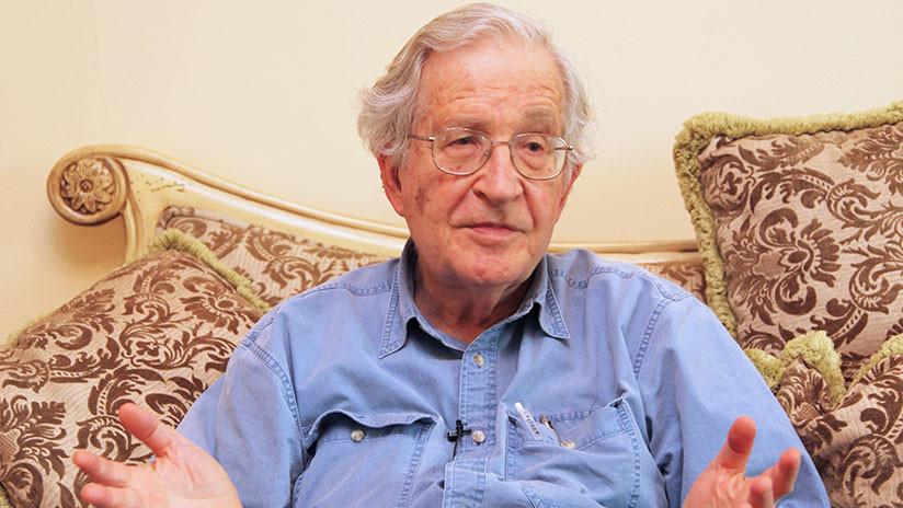 """Chomsky: """"La caravana huye de la miseria y de los horrores de los que EE.UU. es responsable"""""""
