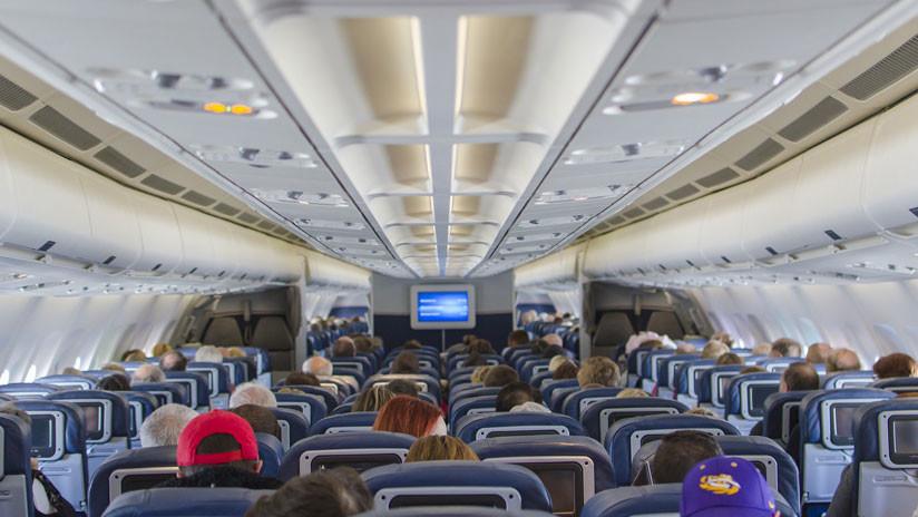Bajan de avión a dos ancianos por no entender inglés