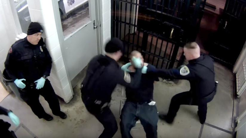 VIDEO: Policías golpean a un hombre esposado ante la mirada pasiva del hijo de un alcalde en EE.UU.