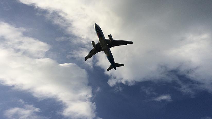 VIDEO: Un avión que se 'detiene' en el aire deja perplejos a los internautas