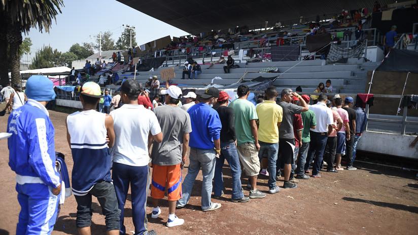 """Voces de la caravana: La """"dictadura"""" y """"la injerencia de EE.UU."""" están detrás del éxodo en Honduras"""